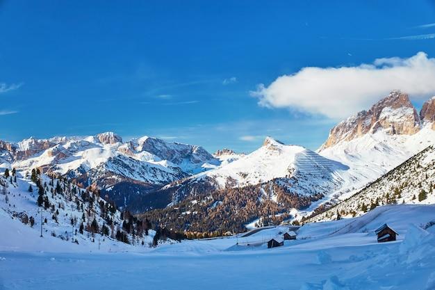 O maciço do sassolungo group coberto de neve Foto Premium