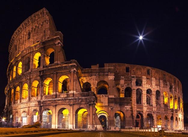 O majestoso coliseu na iluminação da noite. Foto Premium