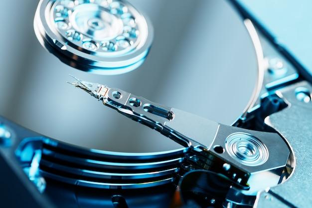 O mecanismo de dentro do disco rígido desmontado de um computador Foto Premium