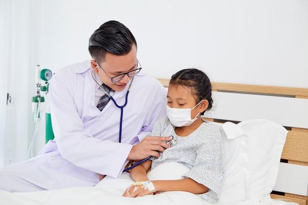 O médico está tratando a garota. Foto Premium
