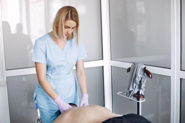 O médico massageia o homem no hospital Foto gratuita
