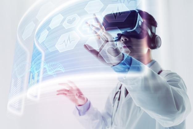 O médico usando fone de ouvido de realidade virtual para pesquisar Foto Premium