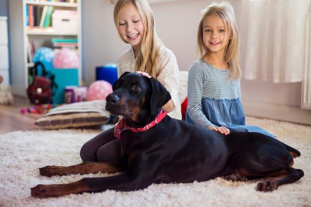 O melhor amigo das crianças é um cachorro Foto gratuita
