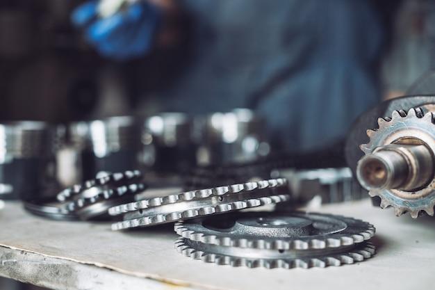 O mestre coleta um motor reconstruído para o carro. Foto Premium