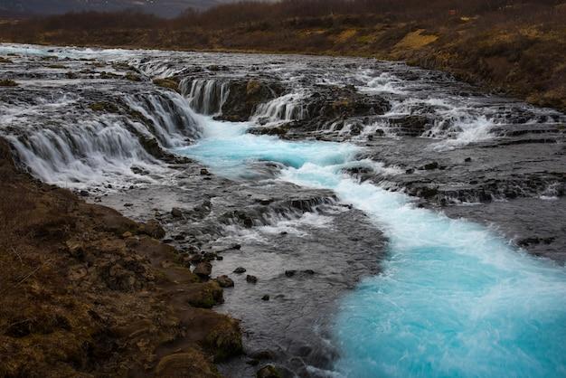 O mistério da cachoeira azul, bruarfoss Foto Premium