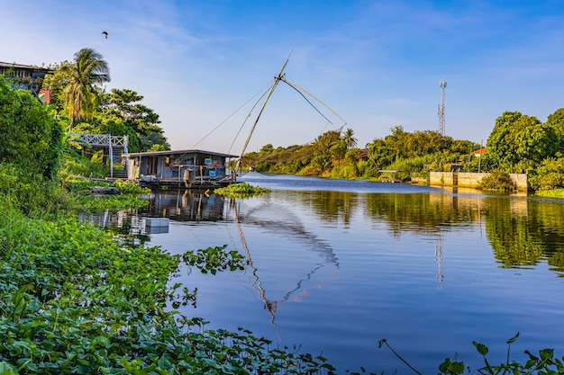O modo de vida ao lado do rio na zona rural da tailândia Foto Premium