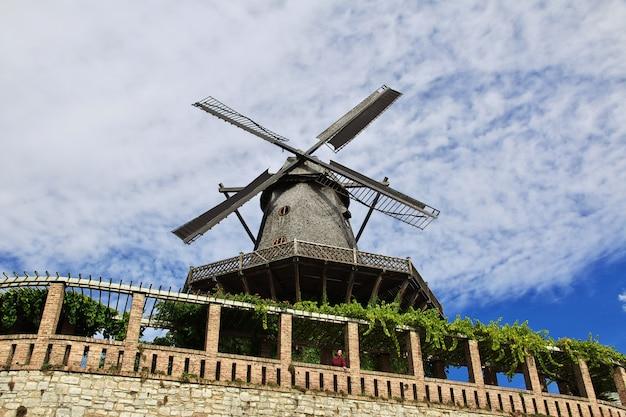 O moinho vintage no parque de potsdam, alemanha Foto Premium