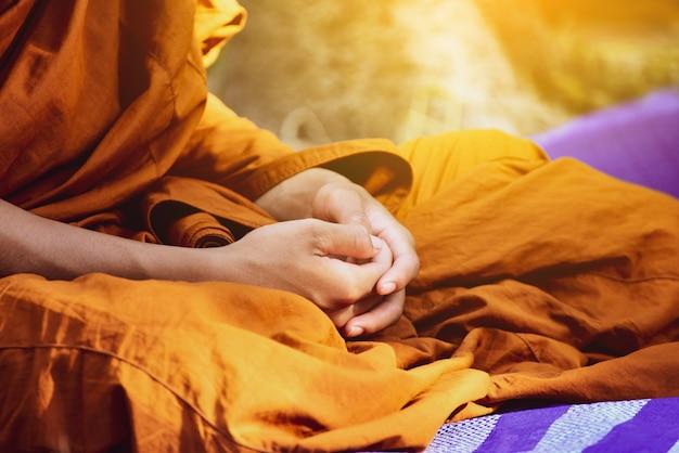 O monge budista vipassana medita para acalmar a mente na tailândia. Foto Premium