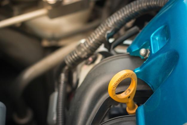 O motor do carro, dirigindo, cuidado e movimentação, copia de reposição. Foto Premium