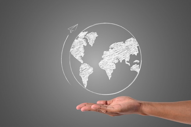 O mundo escreve com giz branco está na mão, desenhar conceito. Foto gratuita