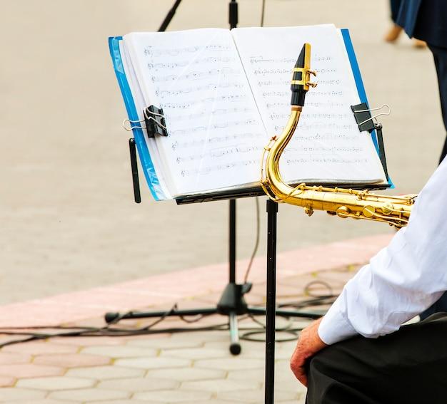 O músico toca trompete na orquestra da cidade Foto Premium