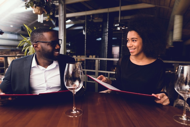 O negro e a moça foram ao restaurante. Foto Premium
