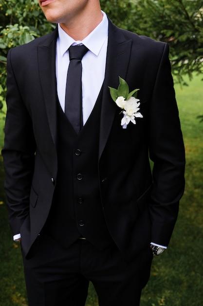O noivo em uma camisa branca, gravata, terno preto ou azul escuro. Foto Premium