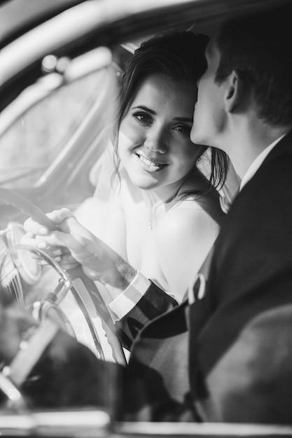 O noivo feliz beija sua esposa Foto gratuita