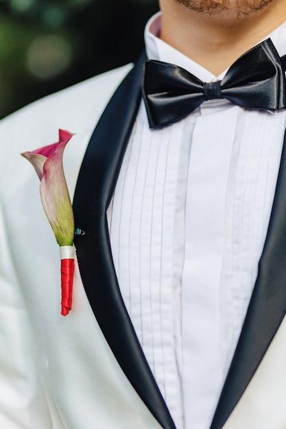 O noivo tem um buquê nas mãos dele Foto Premium