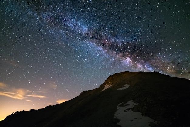 O núcleo brilhante colorido da via láctea e do céu estrelado capturado na alta altitude no verão nos alpes italianos, na província de turim. Foto Premium