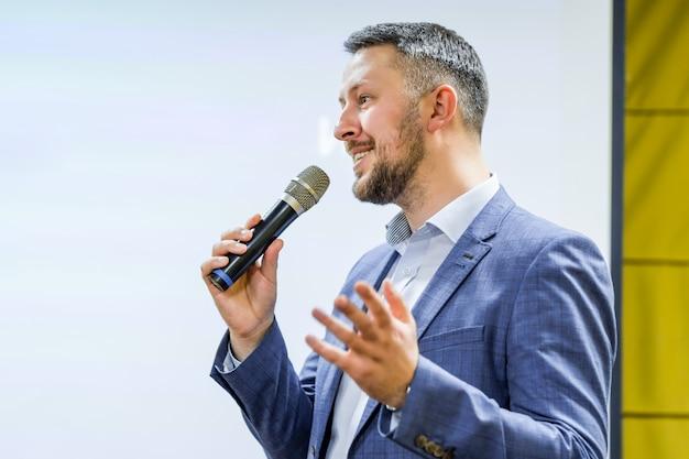 O orador fala o discurso na conferência Foto Premium