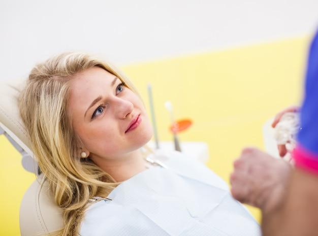 O paciente no dentista. Foto Premium