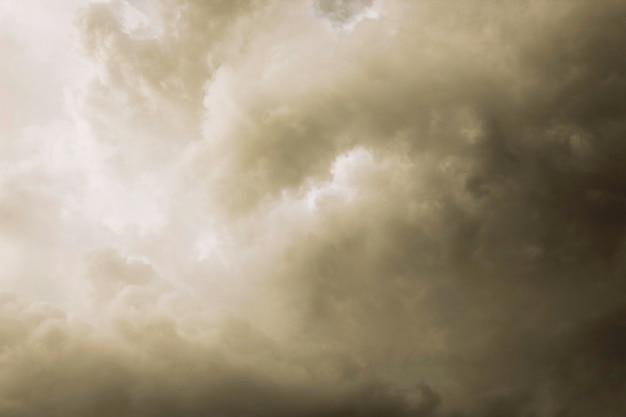 O pano de fundo do céu com nuvens de chuva Foto Premium