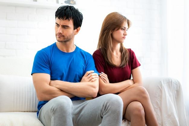 O par da família que senta-se no sofá que não fala após o argumento, marido novo está cansado. Foto Premium
