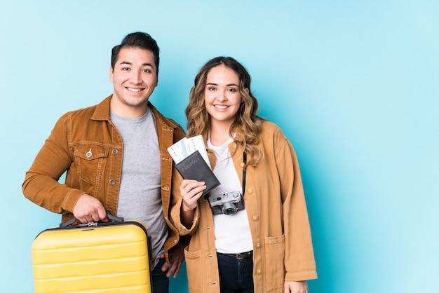 O par novo pronto para uma viagem isolou feliz, sorridente e alegre. Foto Premium