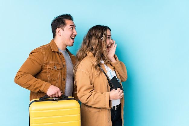 O par novo pronto para uma viagem isolou gritar e guardar a palma perto da boca aberta. Foto Premium