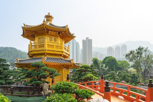 O pavilhão dourado e ponte de ouro em nan lian garden perto de chi lin nunnery. Foto Premium