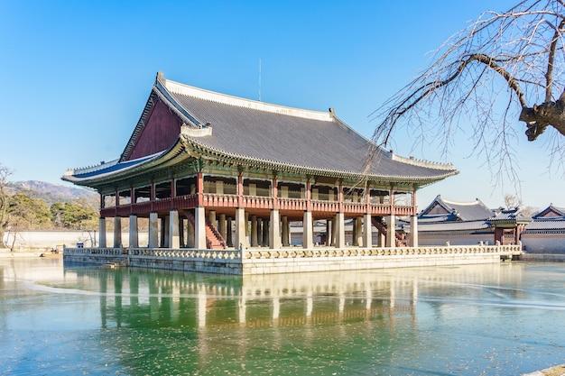 O pavilhão gyeonghoeru é um edifício no palácio gyeongbokgung. Foto Premium