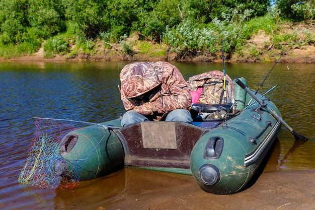 O pescador dorme em um barco de borracha Foto Premium