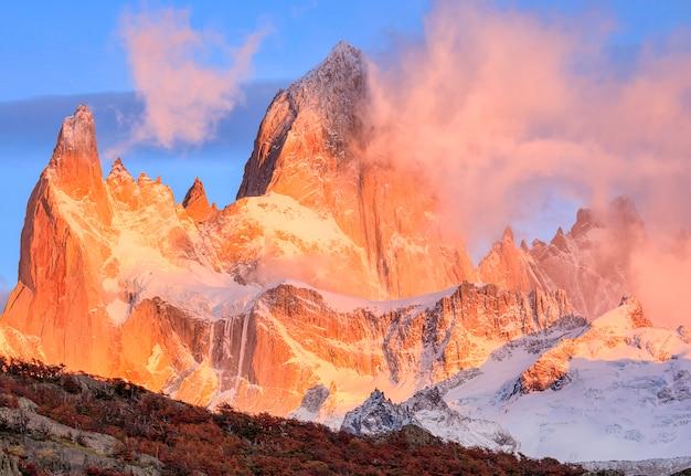 O pico do monte fitzroy ao amanhecer no parque nacional los glaciares, argentina patagônica, américa do sul Foto Premium