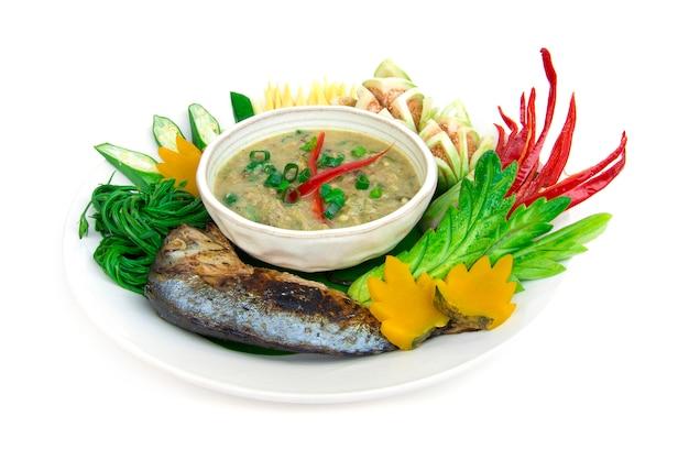 O pimentão da pasta da cavala dos peixes picante com o vegetal fresco e fervido, grelhe a cavala tailandesa. cozinha tailandesa, thaispicy, alimento saudável, ou, dieta, alimento, vista lateral, isolado Foto Premium
