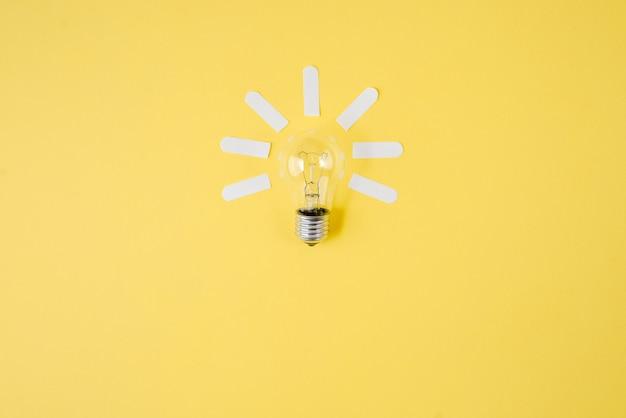 O plano criativo coloca a ideia superior do conceito da ampola no fundo amarelo do papel da cor. Foto Premium