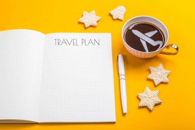 O plano de viagem está escrito em um caderno Foto Premium