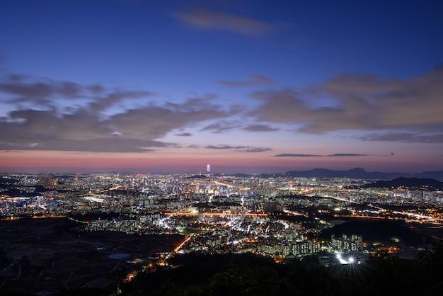 O pôr do sol e a visão noturna de seul a partir de namhansansung Foto Premium