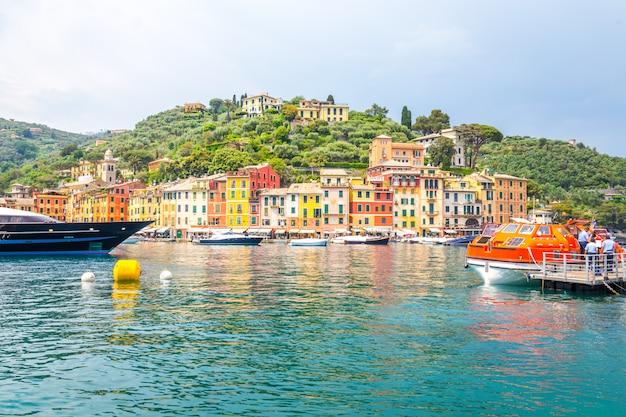 O portofino bonito com casas coloridas e moradias em little bay harbour. ligúria, itália Foto Premium