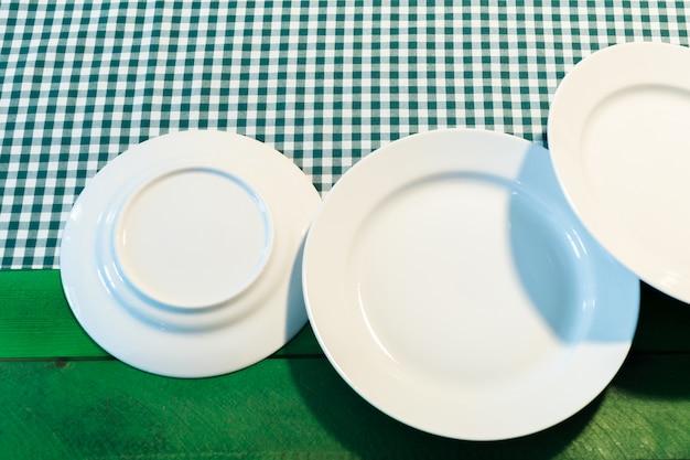O prato na toalha de mesa quadriculada Foto Premium