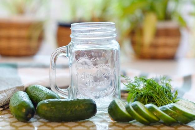 O processo de fazer smoothies de suco ou pepino frescos, smoothies e sucos de desintoxicação, dieta para perda de peso Foto Premium