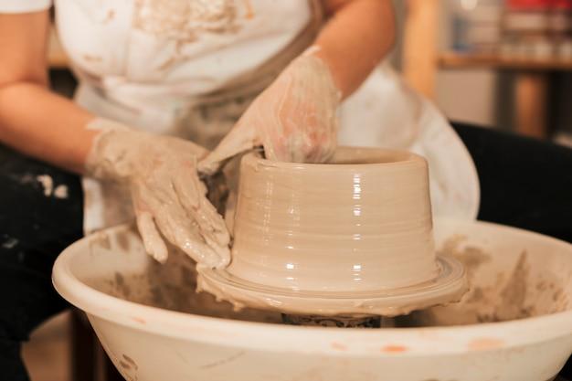 O processo de formação de vasos com argila Foto gratuita