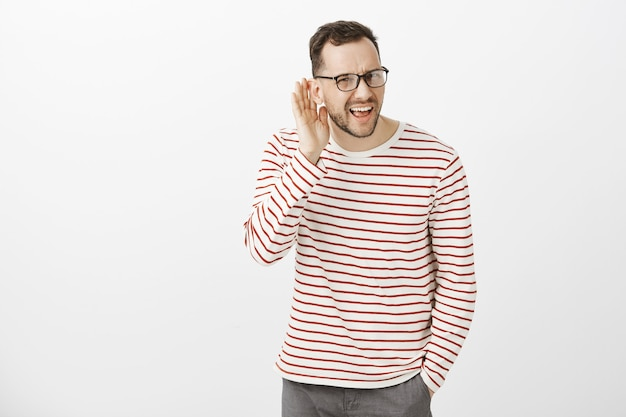 O que você disse, repita. retrato de um homem europeu atraente e irritado e questionado de óculos escuros Foto gratuita