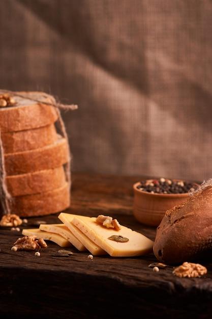 O queijo duro semi holandês tradicional serviu perto acima na tabela rural com despedida. foco seletivo Foto Premium