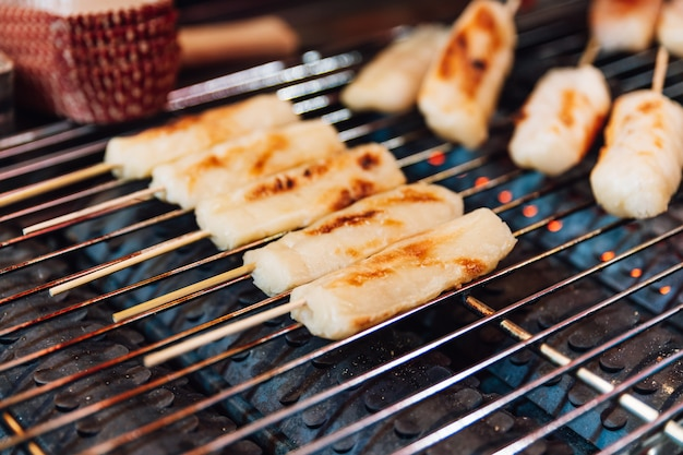 O queijo grelhado cola no fogão do griller do gás, alimento da rua em ximending em taiwan, taipei. Foto Premium