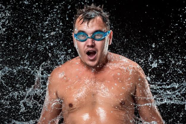 O respingo de água no rosto masculino Foto gratuita