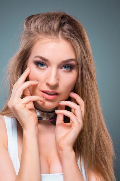 O retrato da jovem mulher com emoções felizes Foto gratuita