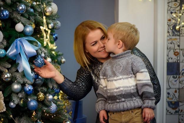 O retrato da mãe e do filho felizes comemoram o natal. feriados de ano novo Foto Premium