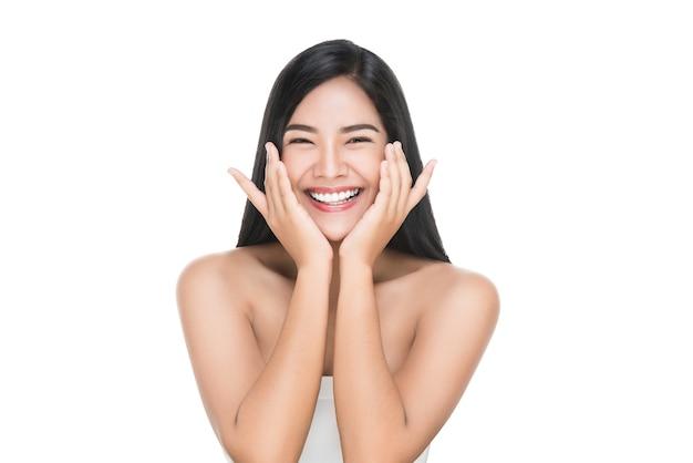 O retrato da mulher bonita do cuidado de pele aprecia e feliz Foto Premium