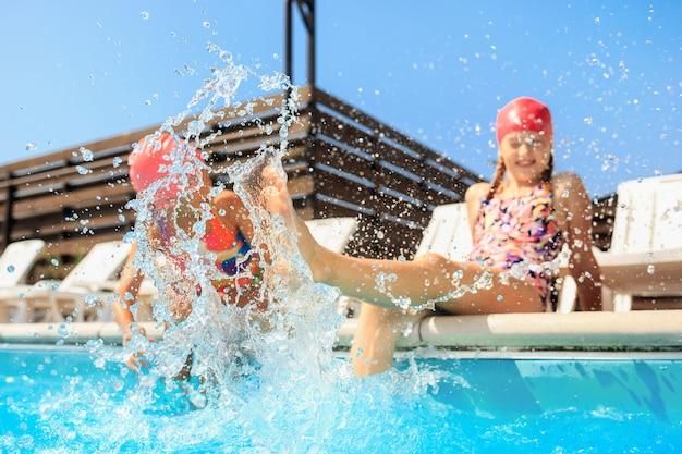 O retrato de feliz sorrindo lindas meninas adolescentes na piscina Foto gratuita