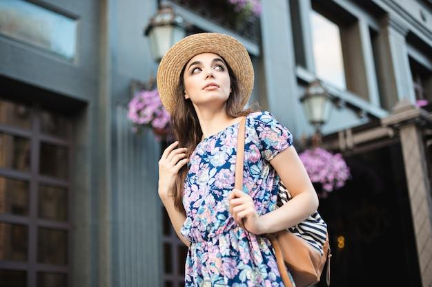 O retrato de mulher moda jovem bonita na moda posando na cidade na europa Foto gratuita