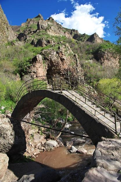 O rio nas montanhas do cáucaso da armênia Foto Premium