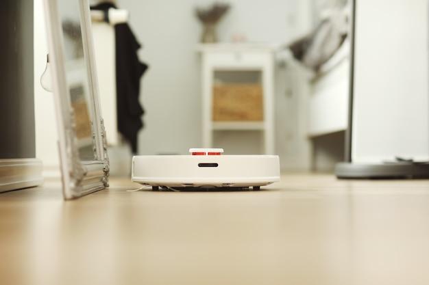 O robô é controlado por comandos de voz para limpeza direta. Foto Premium
