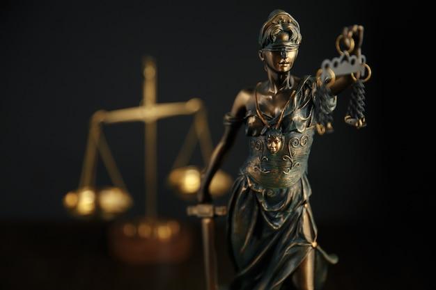 O símbolo da estátua da justiça, imagem do conceito de direito legal Foto Premium